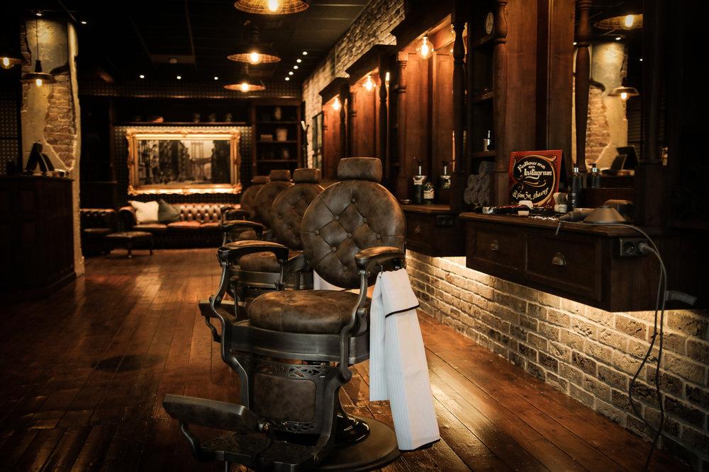 Bjørgvin Barbersalong er inspirert av de mest tradisjonsrike og eksklusive britiske barbersalongene. Her kan du komme for hårklipp, skjeggtrim og barbering, alt i en autentisk atmosfære for å gi en opplevelse en ekte gentleman forventer -