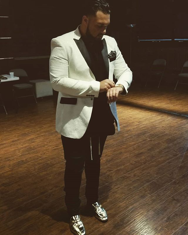 There are many ways to express✨  #fashion #style #expression #classic #elegance #goldshoes #cassanova #Troubadour #soulful #Cleveland #sofarsounds #tour #swagger #bigandhandsome #Detroit #singersongwriter #theprocess #thejourney #loveyourself #growthmindset #lovemusic #reflection