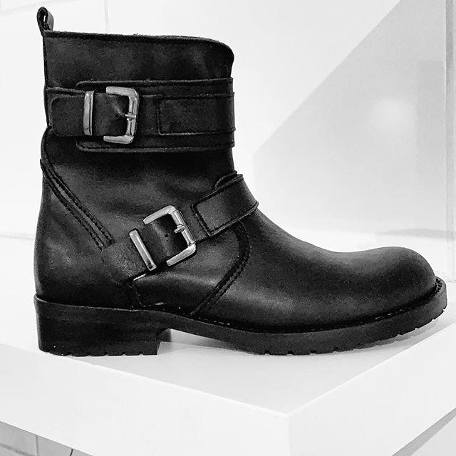 Stoere meiden, dragen deze stoere boots van Gattino. De laatste is maat 30. €99,95 NU €25,- ex. Verzendkosten, stuur snel een berichtje @kleineveters, dan verstuur ik ze deze week nog!  #laatsteparen #zwart #laatsteweekvankleineveters