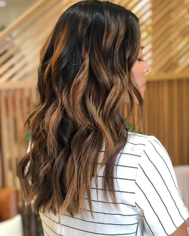 caramelized balayage by @ceeen 🌱 ————- #lasvegashair #lasvegashairsalons #wellahair #balayagehighlights #brunettebalayage #brunettehair #modernsalon #wellahair #askforwella #licensedtocreate #unitehair #randco