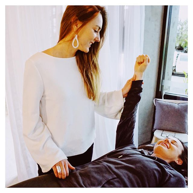Hands up who loves getting adjusted 🙋‍♀️ (he-he). #Openspacehealing . . . . . . #fremantlechiropractor #freochiro #fremantlechiro #perthchiro #naturalhealing #infreo #lovefreo #freoyoga #fremantlespacehire #spacehirefreo #livingthegreen