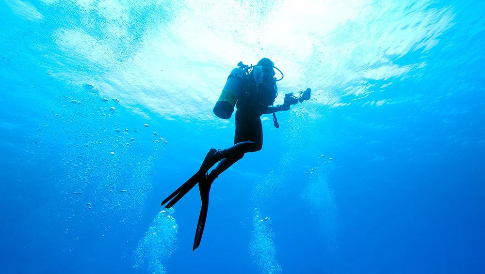 1200-scuba-diver-rising-to-surface.jpg