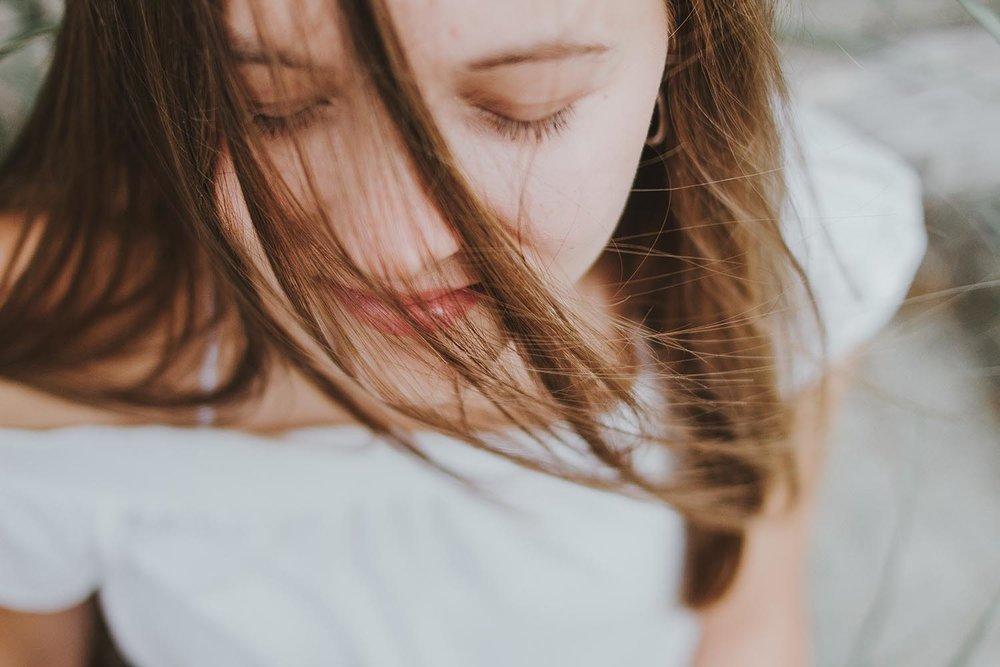 Chi Nei Tsang – CNT - CNT consiste en un tipo de masaje sobre el abdomen coordinado con la respiración.Los sabios taoístas de la antigua China observaron que los seres humanos a menudo presentan obstrucciones de energía en los órganos internos provocando nudos y marañas en el abdomen. Estas obstrucciones se producen en el centro de las funciones vitales del cuerpo restringiendo el flujo de la energía Chi, nuestra fuerza vital.Emociones como el miedo, la ira, la ansiedad, la depresión y la preocupación son perjudiciales. Igualmente, el exceso de trabajo, el estrés, los accidentes, la mala alimentación, las posturas incómodas, etc.