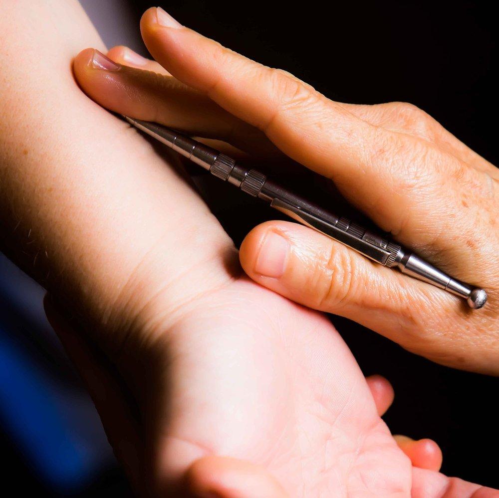 Acupunto-masaje de Penzel (APM) - Técnica desarrollada por el alemán Wily Penzel en los años 60, terapia holística basada en la doctrina china de la acupuntura, utilizada desde hace más de cuatro mil años.La función primordial de este método APM, es «despertar el médico interno», es decir, despertar la propia capacidad de regulación y curación que poseemos los seres vivos.En este tratamiento, se actúa sobre los meridianos y puntos de acupuntura del sistema energético de los meridianos, sin agujas. Este sistema ejerce influencia sobre los demás sistemas orgánicos, sistema nervioso, circulatorio, muscular, así como en las emociones.El Acupunto-Masaje de Penzel está indicado para:* Estrés, ansiedad, insomnio.* Falta de vitalidad y energía, cansancio.* Contracturas diversas, lumbago, brucelosis, esguinces.* Trastornos digestivos como hernia de hiato, inapetencia, colon irritable.* Piernas hinchadas, hemorroides.* Ayuda en el proceso de desintoxicación del organismo.Adecuado para personas de todas las edades incluidos niños y embarazadas.