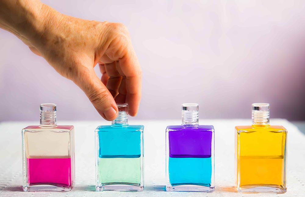Aura-Soma Beyond Colour - Registro Nº 19046El color es el lenguaje universal que habla a través de la naturaleza. «Tú eres los colores que eliges y ellos reflejan las necesidades de tu ser».Aura-Soma es un sistema de energías de color, plantas, aceites esenciales y cristales. Creados con ingredientes orgánicos y biodinámicos de la más alta calidad, estos productos brindan alivio, equilibrio y calma a tu sistema energético, al mismo tiempo que fortalecen y protegen el aura, empoderan y elevan.Aura-Soma brinda a todos acceso a una mejor comprensión de sí mismos. Es un sistema que permite un acercamiento no intrusivo y auto selectivo. Las botellas de colores duales de Equilibrium son el corazón de Aura-soma.Cada botella de Equilibrium puede ser vista como una llave a la conciencia. Nos ayuda a conectar con la verdadera esencia del alma, permitiéndonos reconocer y comprender nuestra propia naturaleza esencial.En el sistema existen otros productos como Quintas Esencias y Pomanders que sostienen y apoyan el bienestar atrayendo vibraciones más elevadas.
