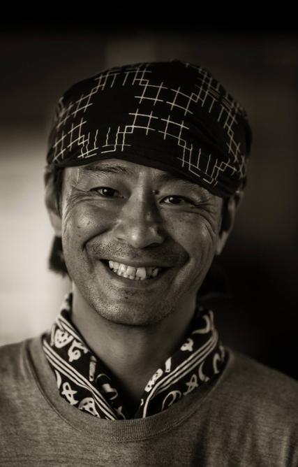 折井宏司/富山県 高岡市 - モメンタムファクトリー・OriiのCEOである折井宏司氏は銅器着色のスペシャリストです。彼はその技術への精通度、そしてそのユニークな深みのある色合いにより、素晴らしい製品を生み出しています。Read more