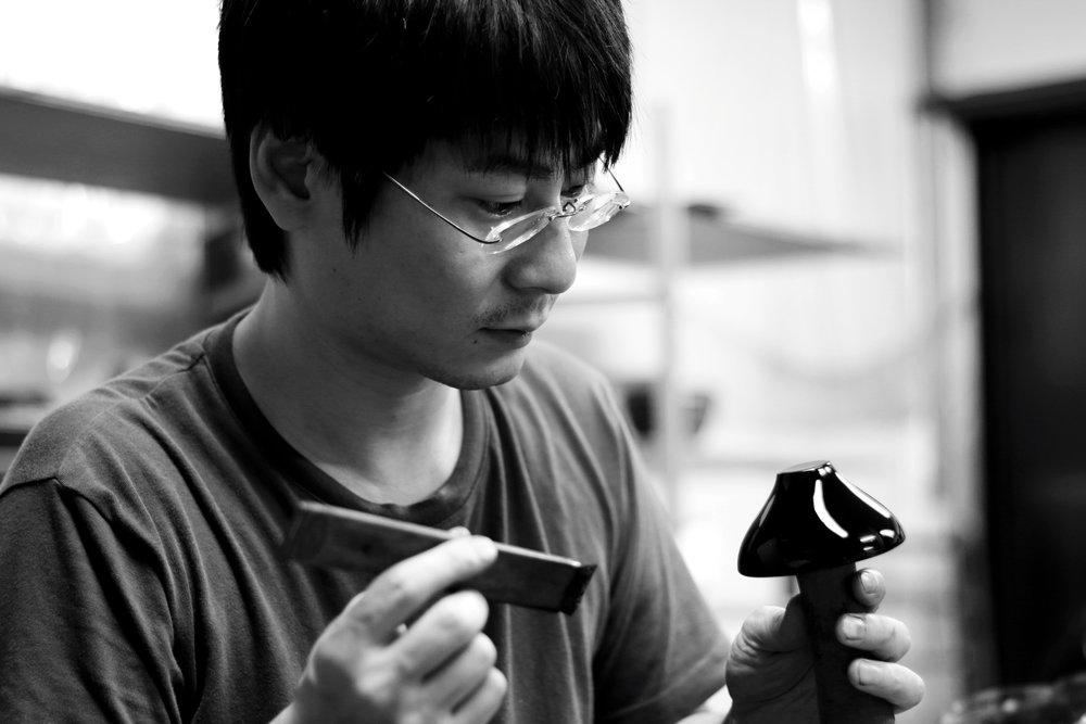 京田充弘/富山県 高岡市 - 木地から塗り、仕上げまで一貫して仏壇製造を行う京田仏壇にて塗師として活躍する京田充弘氏。高岡市の寺社や重要文化財の修復にも携わり、高い技術を習得しています。他にも地元メーカーやデザイナー、学生らとのコラボレーションも盛んに行っています。Read more