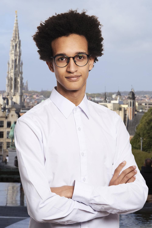 PROFIL - Jeune étudiant en Business Administration (Gestion) à la KU Leuven, j'ai vécu toute mon enfance à l'étranger au Rwanda, au Cameroun mais surtout au Cambodge avant de m'installer à Saint-Josse (Bruxelles) pour entamer mes études supérieures.Bilingue Français-Anglais, j'espère, dans les années qui suivent devenir trilingue (Néerlandais) voire quadrilingue en approfondissant mes bases d'Espagnol.Ayant migré vers ces pays, j'ai acquis une ouverture d'esprit et une aisance à communiquer avec et à comprendre les personnes d'origines différentes.Ayant un contact direct tant avec les milieux aisés que précarisés, avec les populations d'Europe, d'Afrique, d'Asie et d'Amérique ainsi qu'avec plusieurs communautés minoritaires, je me suis mis à m'intéresser à la question de la cohésion sociale.Bien que certains réclament que celle-ci est inconcevable, j'en serai toujours un fervent militant.