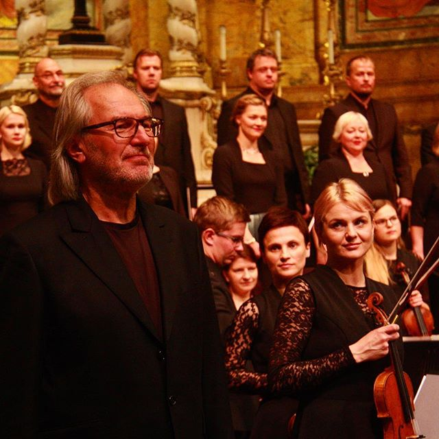 Take us back! A night of luminous #arvopärt 🎶 performed to a #soldout house by @eestifilharmooniakammerkoor @tallinn_chamber_orchestra with conductor #tõnukaljuste. Completely unforgettable!  Thank you to @arvopartproject  @svots @estonian_culture_abroad • • • • • #arvopart #estonianmusic #estonia #kultuuriministeerium #estoniancultureabroad #estonianphilharmonicchamberchoir #tallinnchamberorchestra #classicalmusic #classicalmusicians #celesta #vocalmusic #liveperformance #chamberorchestra #classicalmusiclover #smssconcerts #churchofstignatiusloyola #newyorkculture #newyorkcity