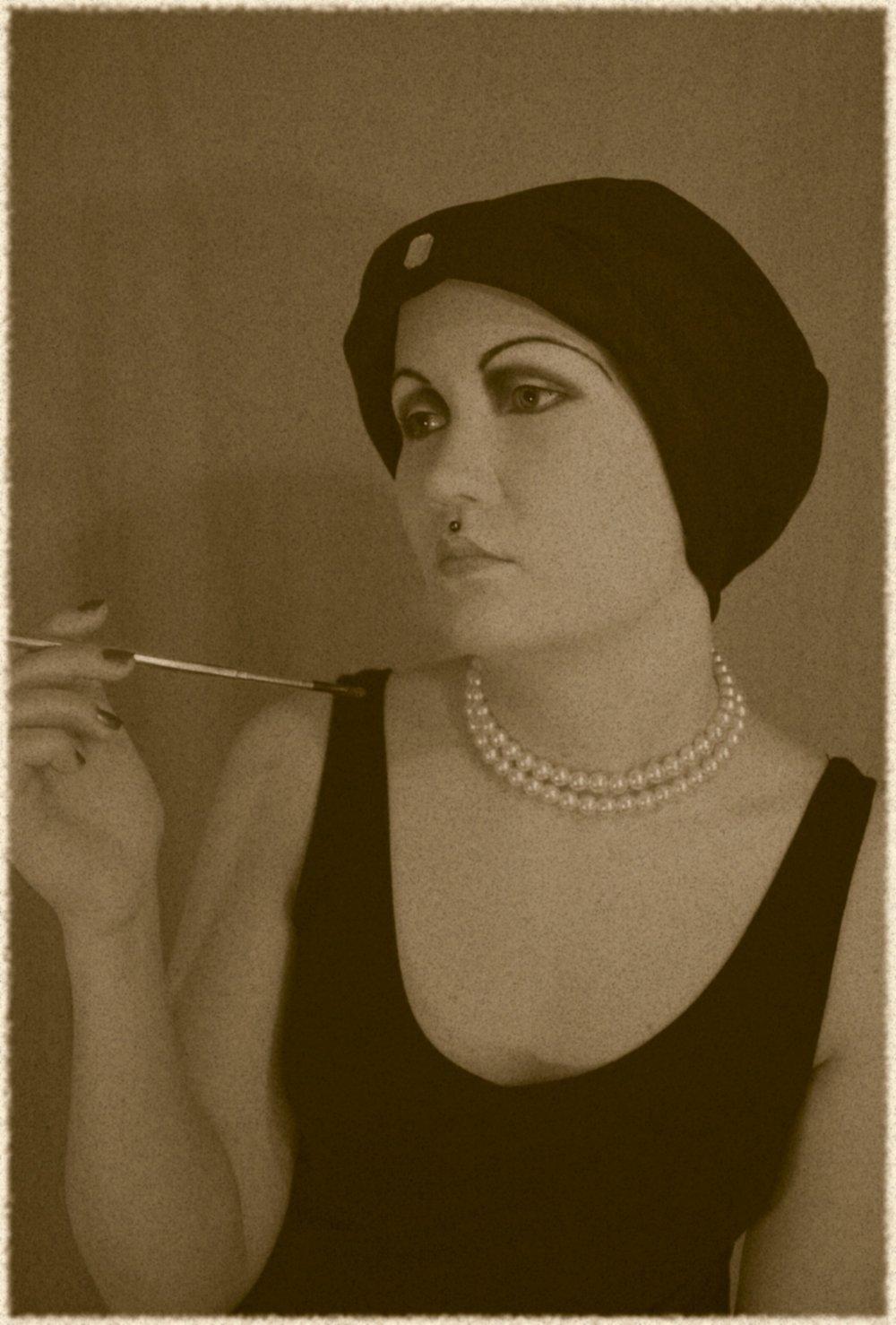 Maskeerauskoulussa tekemäni lopputyö. 1920-luvun meikki oli dramaattinen laskevine kulmakarvoineen