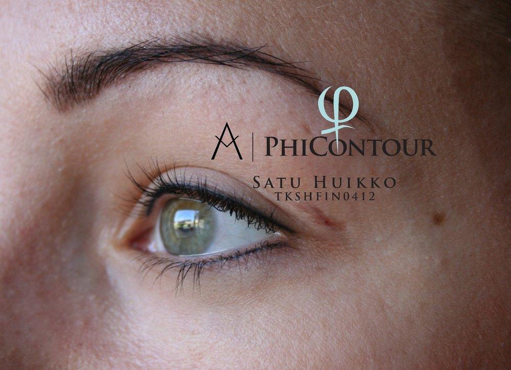 Silmänrajauspigmentointi silmän ympäri parantuneena. Ylä- ja alarajauksia ei voi pigmentoida niin, että ne koskettaisivat toisiaan. Silmänurkan iho on liian ohutta pigmentoitavaksi.