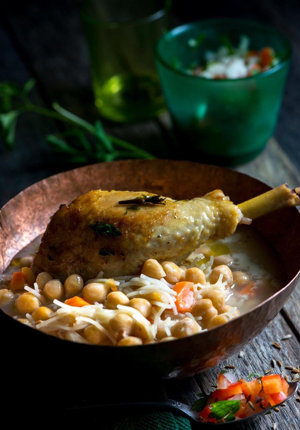 03419 Sopa de garbanzos con pollo crujiente.jpg
