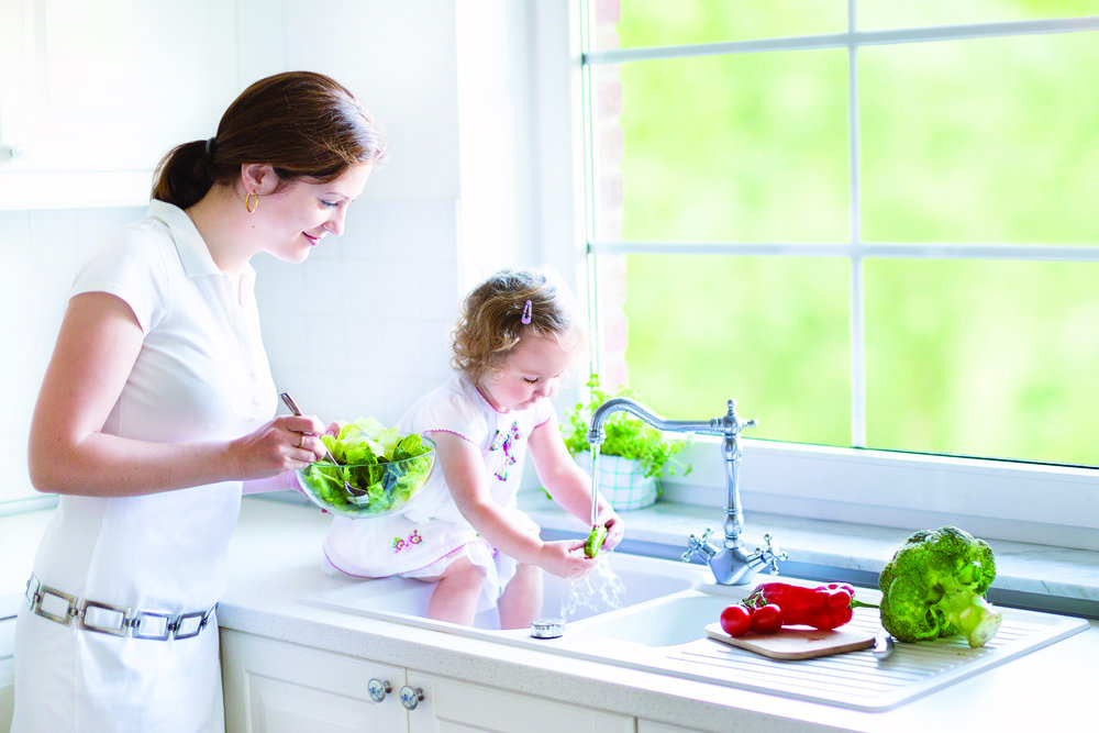 485589209Mother_and_her_daughter_cooking_salad_in__S2LGvmL4DkpSGhVpwKPS2rr18q0ABlZBh_cmyk_l.jpg