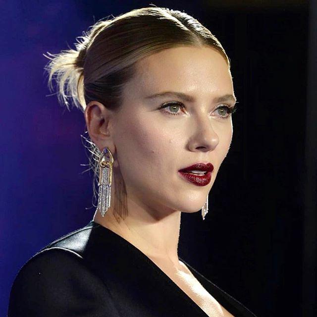 Scarlett in new @nikoskoulisjewels earrings at the London premiere of #avengersendgame. 🎯 So gorgeous @mollyddickson!