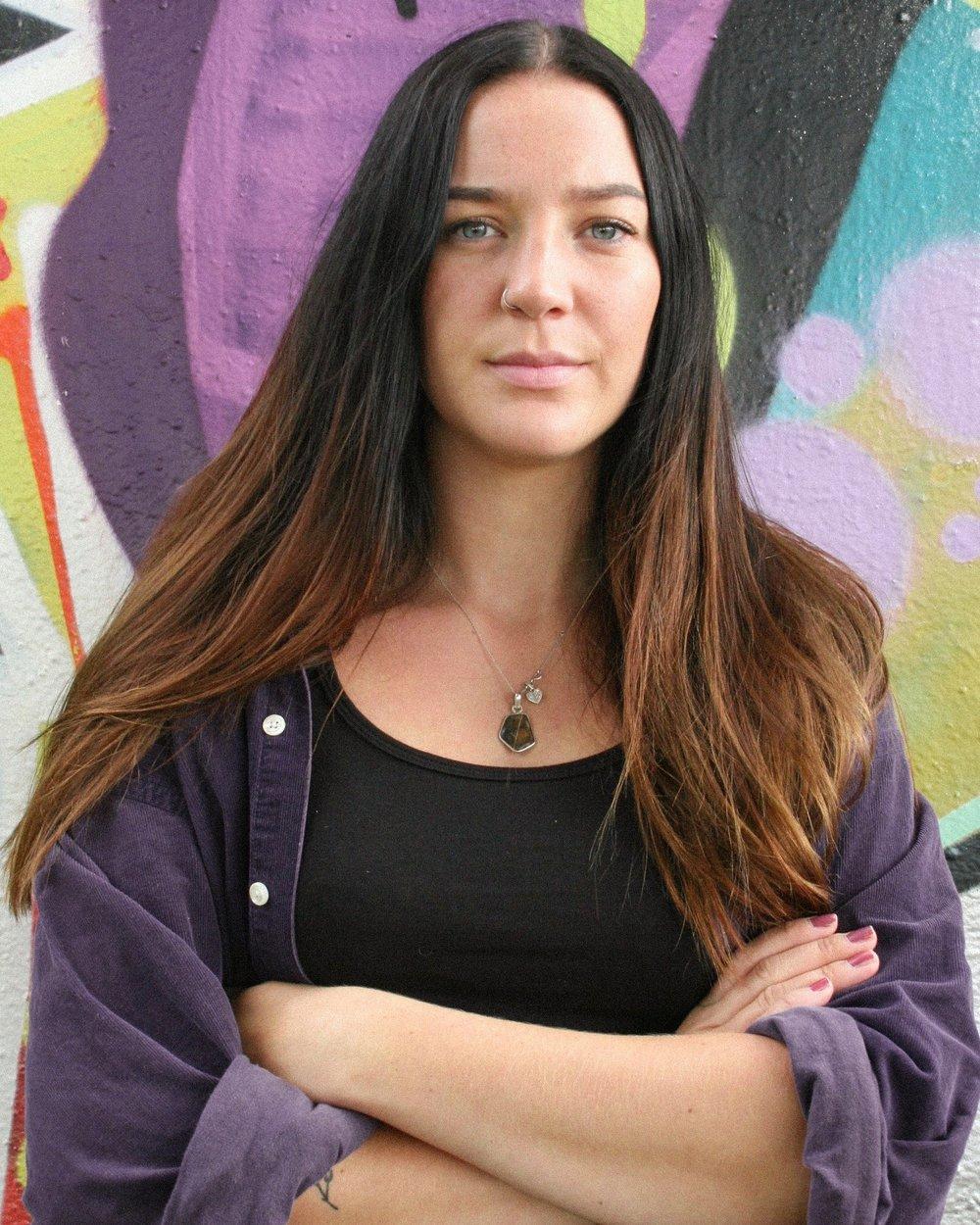 Anastasia Strålsjö. K onstnärlig ledare, producent och skådespelare. Har flera års studier inom teater, musik och teatervetenskap med fokus på genus och feminism.