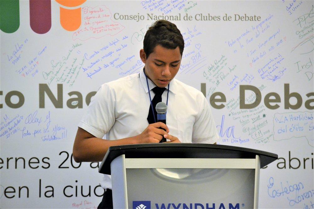Estudiante Debatiendo en Podio.JPG
