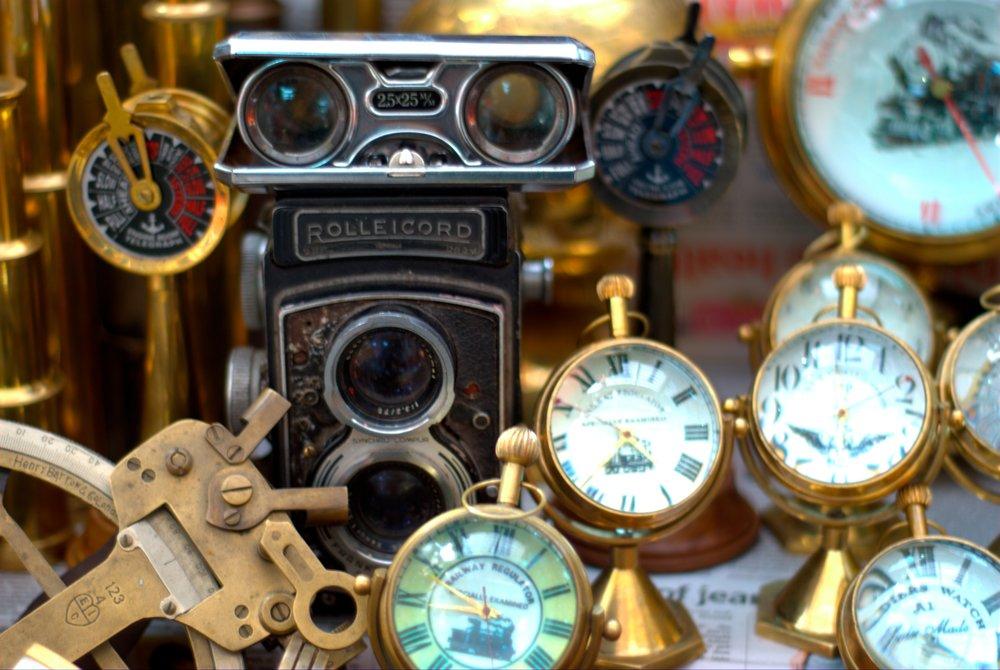 Antiques_being_sold_on_Colaba_Causeway.jpg