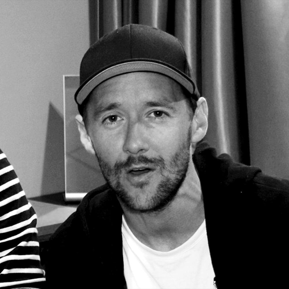 Thomas Gullestad   Norsk DJ og skuespiller. Kjent fra musikkgruppa Klovner i kamp og filmen  Den 12. mann . Aktuell med tv-serien  Oljefondet .