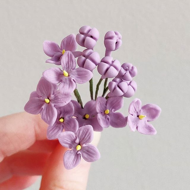 Did you know, that Lilac in Russia is a lucky flower? But to make your wish come true, you need to find a 5-petal flower and eat it! This are sugar flowers) Maybe I needed to make a 5-petal one?  Third day of French Garden Flowers with @chefnicholaslodge at @frenchpastryschool  #gumpasteflowers #sugarart