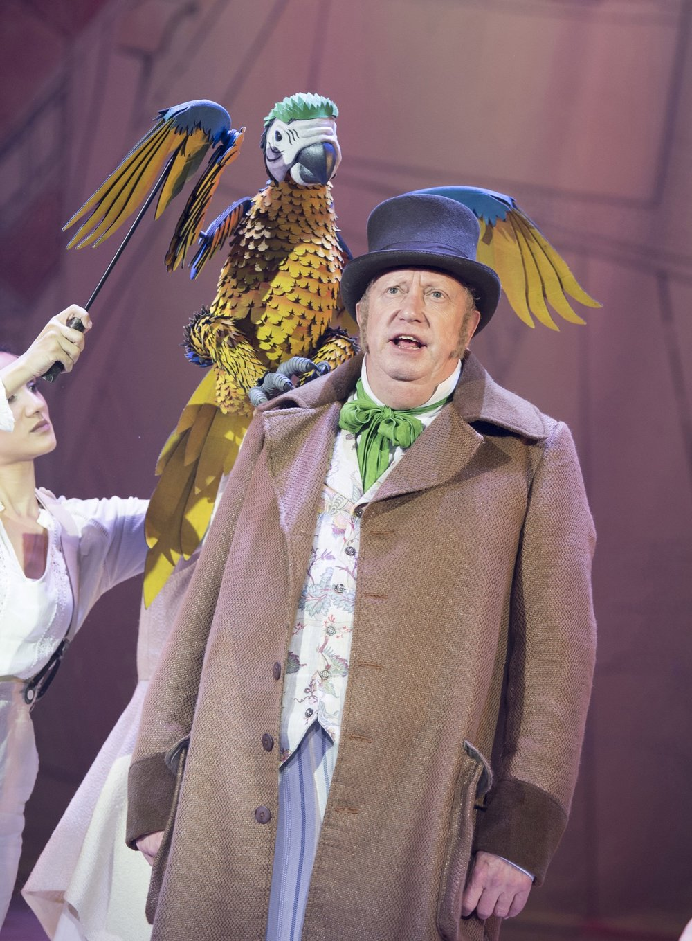 Mark_Williams_as_Doctor_Dolittle_with_Polynesia_the_Parrot_in_DOCTOR_DOLITTLE._Credit_Alastair_Muir_(3).jpg