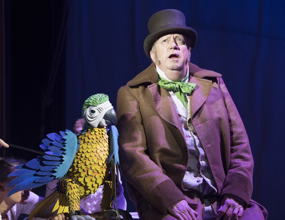 Mark_Williams_as_Doctor_Dolittle_with_Polynesia_the_Parrot_in_DOCTOR_DOLITTLE._Credit_Alastair_Muir_(2).jpg