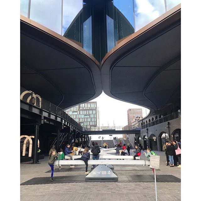 Coal drops yard has them curves. . . . #architecture #modernarchitecture #london #kingscross #granarysquare #coaldropsyard #heatherwickstudio #engineering #kids #atplay #users #building #inuse #curves #curvy #thick