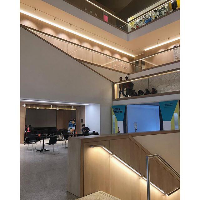 Light-cutting-corners. . . . #designmuseum #london #interiordesign #interiorarchitecture #architecture #intersection #corner #cuttingcorners #lighting #modern #modernarchitecture #southkensington #layers #innercourtyard #threshold