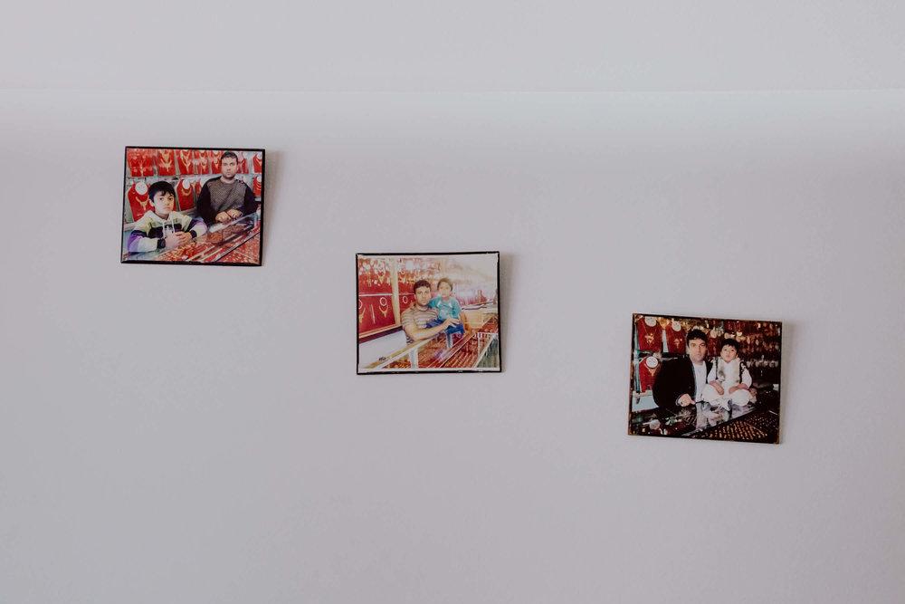 Diese Bilder - hat Yasers Vater von Afghanistan mitgebracht und die ganze Flucht bei sich getragen.