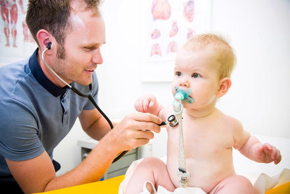Onderzoek baby door dokter 2.jpg
