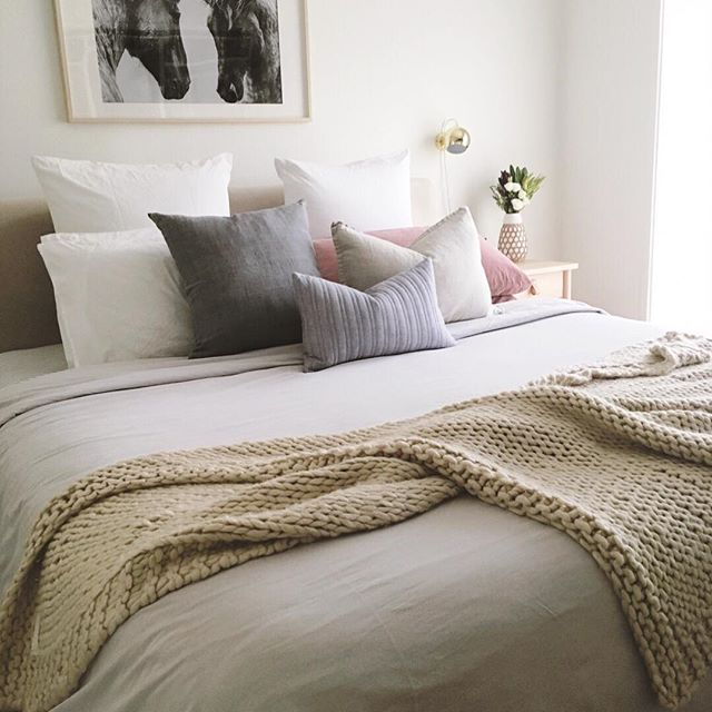 Looking at this picture of my room reminds me of how much I love my bed. And sleep... 😴  I love creating warmth and coziness in the bedroom with lots of texture and layers.