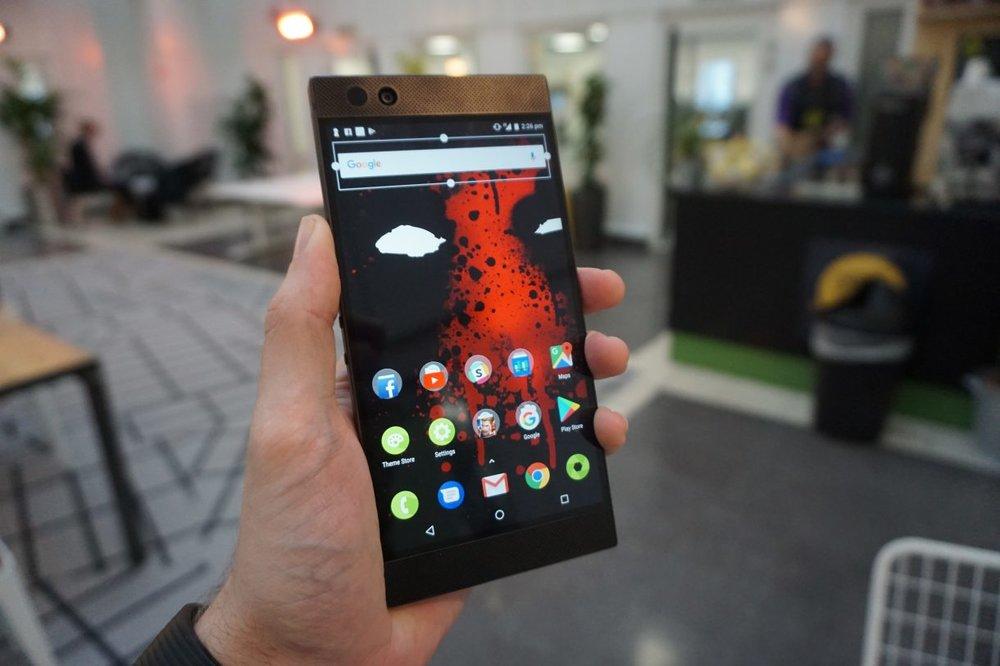 Razer-Phone-held-1-1220x813.jpg