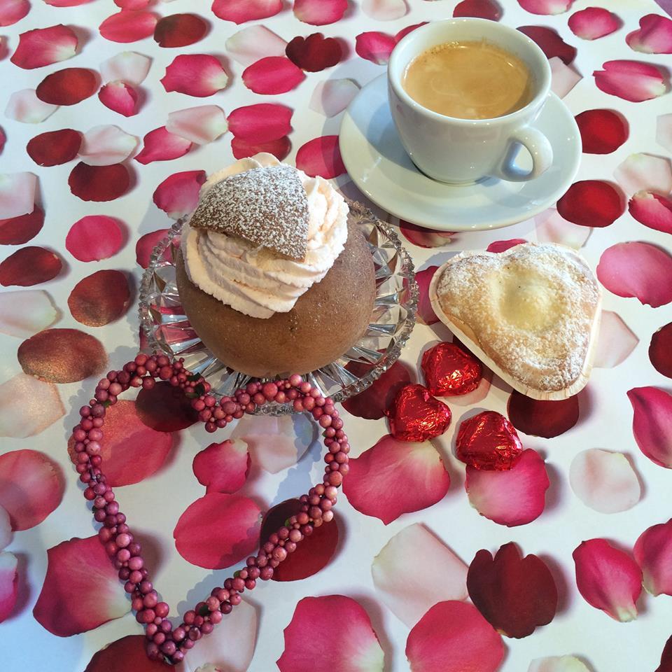 Hemlagade bakverk och eget kaffe - bokcafét