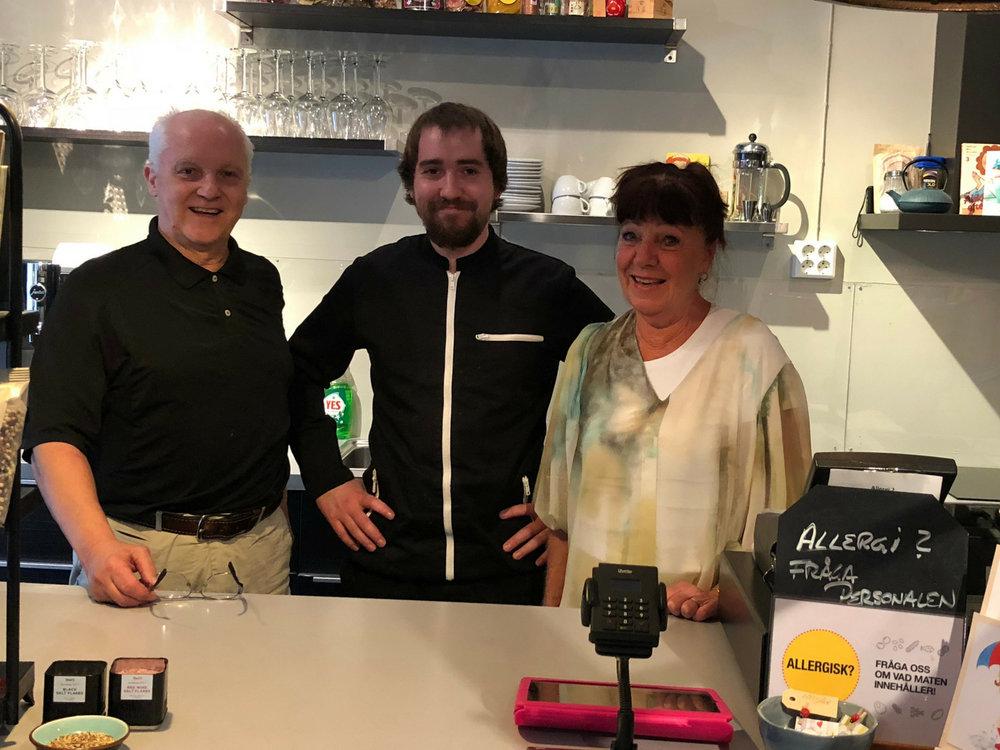 Mats, Alexander och Maritha Röstlund välkomnar dig till Lanna Bokcafé