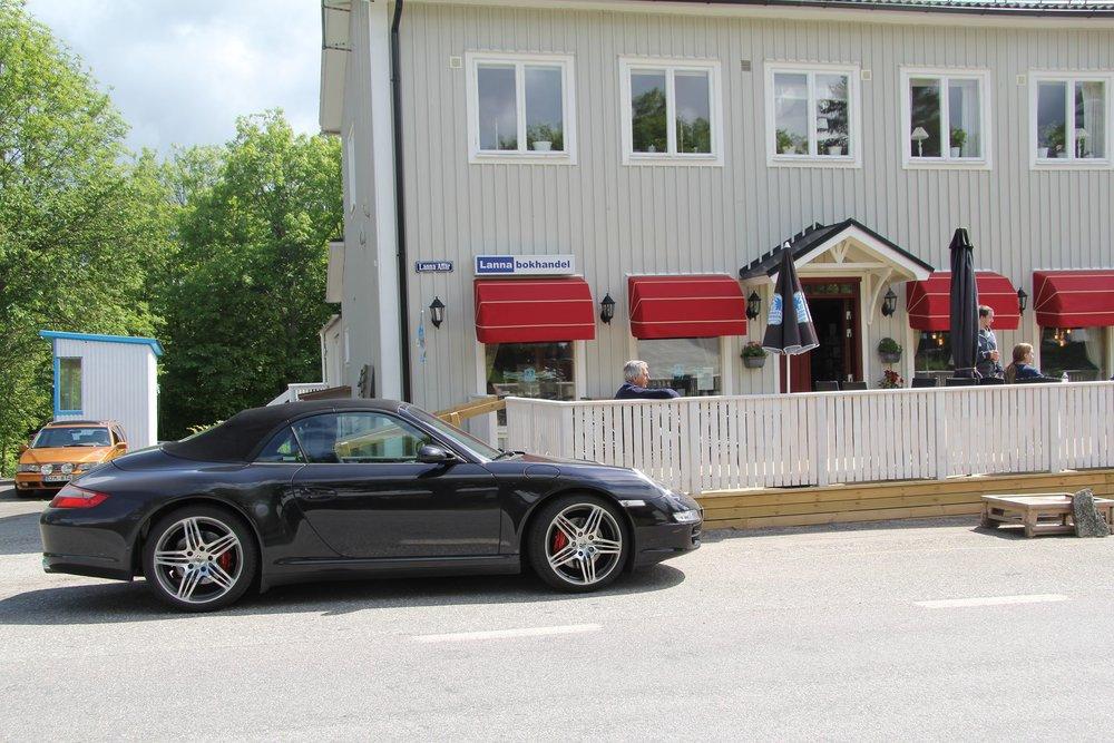 Bil utanför butiken.jpg