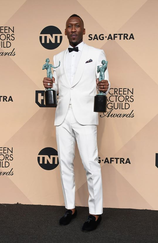 Mahershala Ali gave a clean white look at the 2017 SAG Awards. The black accents and sockless-ness (is that a word) tickled me. Man was made for a suit.