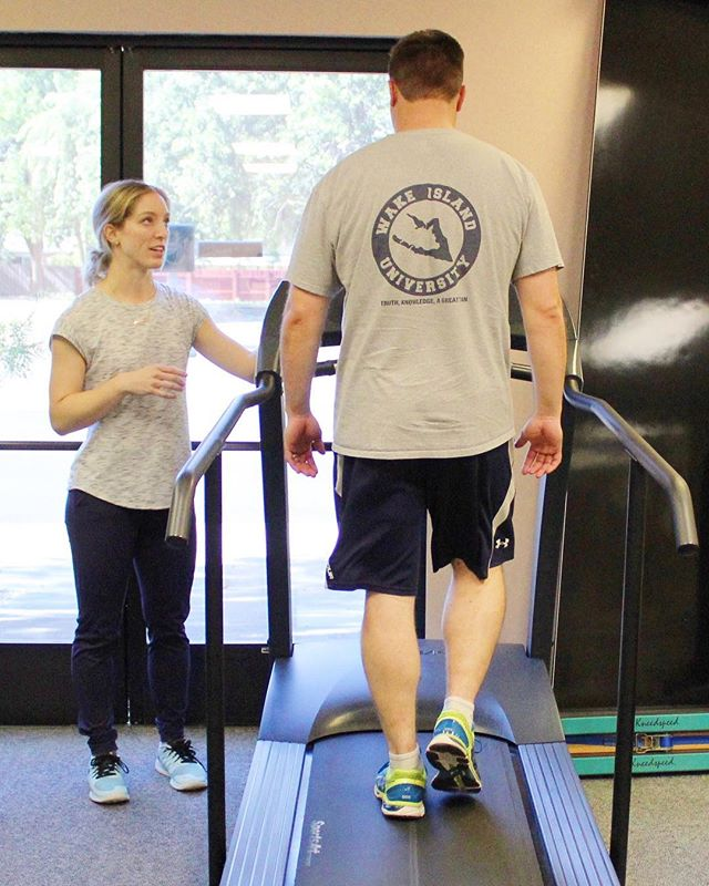 Did you know that we have REhab and PREhab for runners? 🏃♀️ Whether you're planning you first jog or your 💯th marathon, Kat (pictured) can help work out  any kinks in our running form, or help you work through injuries to get you back out there ASAP!!👌🏃♂️ #physicaltherapy #fleetfeetsports #fleetfeetvacaville #running #ultrarunner #pleasedonthurtyourself