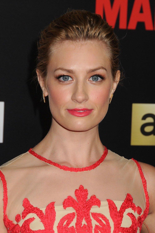 beauty-2015-03-beth-behrs-colour-pop-makeup-highlighter-blush-lipgloss-main.jpg