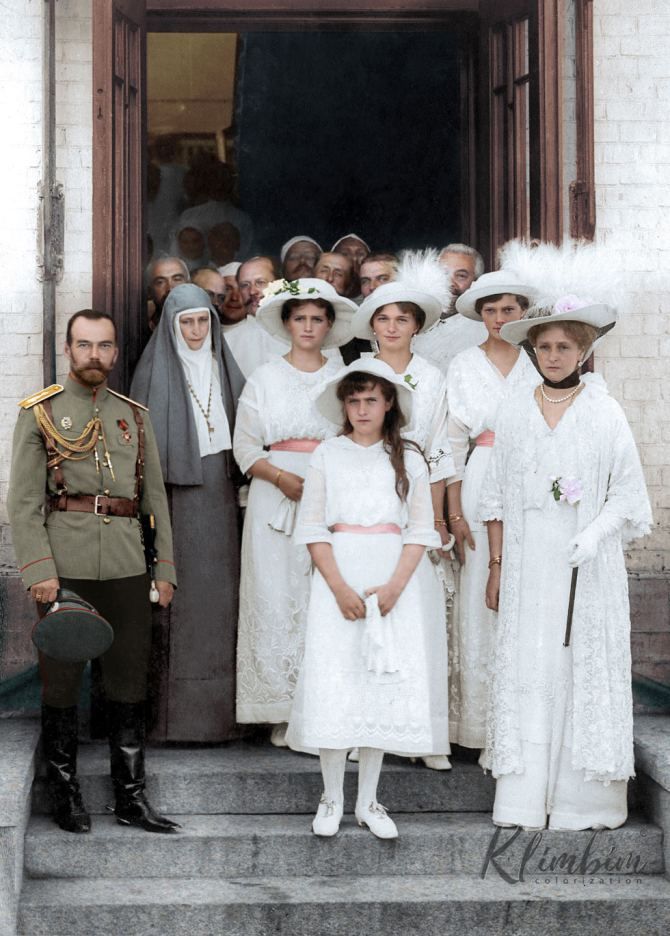 Tsar Nicholas II and his family and Nicholas' Aunt, Grand Duchess Elizabeth Feodorovna in Moscow, Russia in August 1914. Colorization by  Klimbim