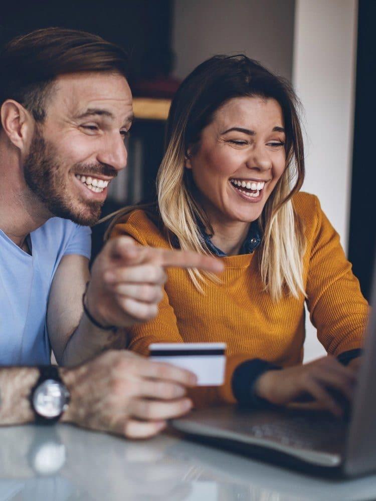 Colabore - Pessoas felizes comprando online