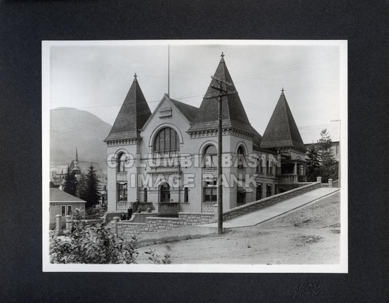 2276.0001 The Court House situated on the corner of Monte Cristo and Columbia Avenues, facing onto Columbia c.1910