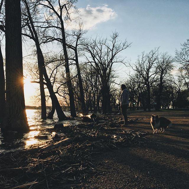 Bien installés au bord de l'eau! 🌅 On vous prépare un article sur un de nos plans « escapade camping et randonnée » préférés. Êtes-vous en mesure de deviner où nous sommes?