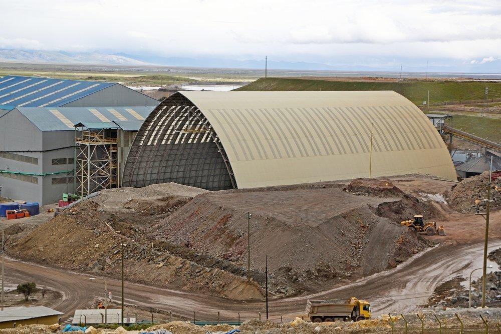 El nuevo edificio de almacenamiento de mineral fue construido en Mina El Brocal, en el Cerro de Pasco, Distrito de Tinyahuarco, Perú.