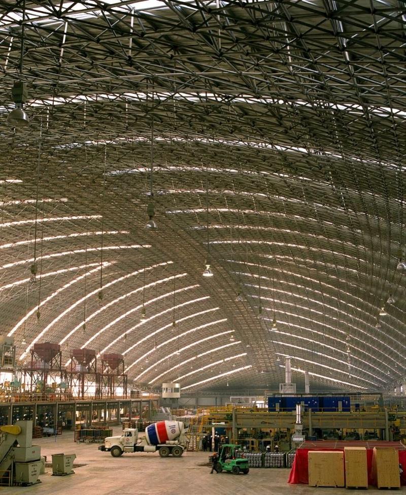 Vista interior del Domo Nemak, de 224m de claro. Esta masiva estructura sin columnas o soportes interiores fue la solución perfecta para esta empresa de manufactura de partes automotrices.