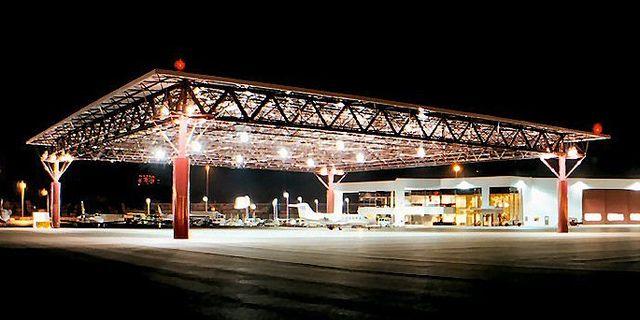 La estructura espacial de 17 x 175m del hangar en Swift Aviation, en el Phoenix Skay Harbor Airport.
