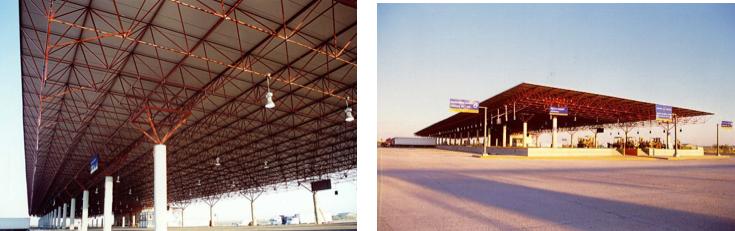 Estructuras espaciales sin barreras ayudan a organizar el flujo de tráfico en el puerto fronterizo entre Nuevo Laredo, México y Laredo, Texas.