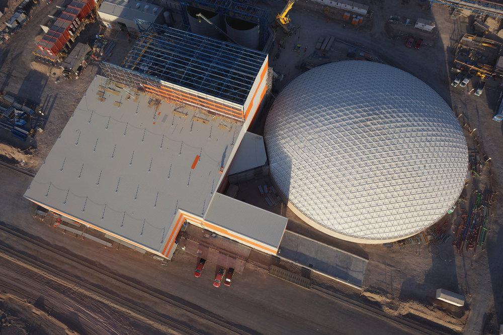 El revestimiento interno protege la estructura de la reserva de concentrado, dentro de la construcción de 62m.