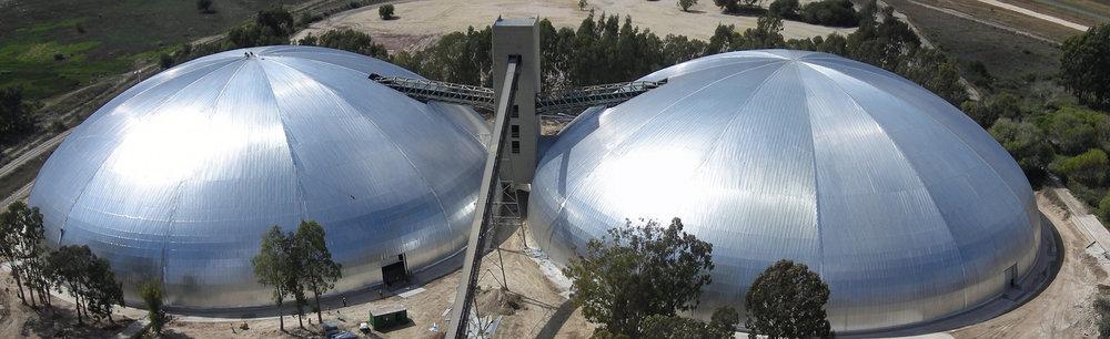 Domos gemelos para Lafarge para almacenamiento de caliza en Sudáfrica. Cada uno alcanza una diámetro impresionante de 113m, más que un campo de fútbol.