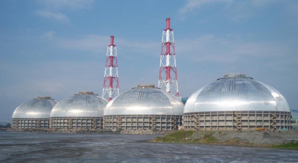 La Estación Hsin-Ta en Taiwán es hogar de cuatro silos masivos diseñados para Tai Power. Como las estructuras de Nemak, los cuatro tienen forma idéntica. Cada domo almacén de carbón circular abarca 126m y está construido para soportar vientos huracanados y aguas saladas corrosivas.