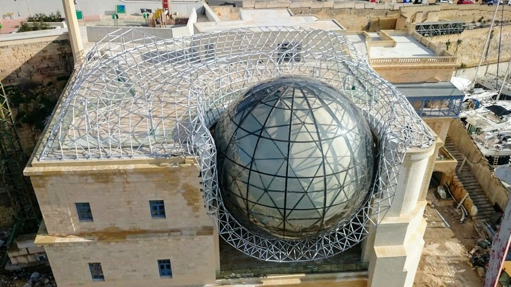 Like a soft cloth, the Geometrica structure nests a planetarium sphere in the center (Malta)