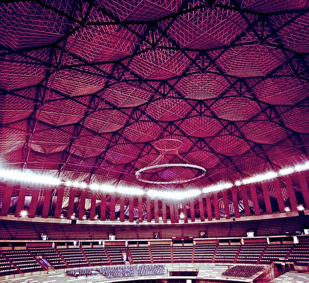 Claro Amplio - Cuando su meta es tener un claro amplio, una estructura ligera, y belleza estética, las estructuras Freedome de Geométrica son una bocanada de aire fresco.Los domos Geométrica pueden alcanzar claros de hasta 300 metros, o voladizos de más de 50 metros. Su fuerza proviene de la forma de su estructura. Los domos pueden diseñarse para soportar pasos de gato, tableros, sonido e iluminación, cortinas y todo lo necesario para un lugar de eventos. Los domos Geométrica pueden alcanzar claros de hasta 300 metros. De ser requerido, una estructura Geométrica puede alcanzar voladizos de 50 metros.